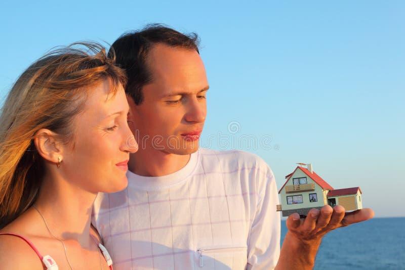 руки расквартировывают держать женщину человека модельную стоковые изображения rf
