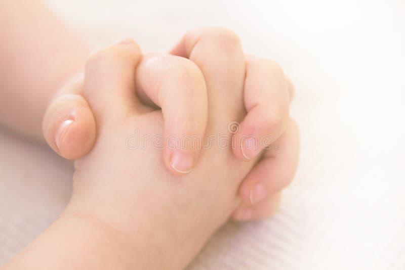 Руки ребенка складывая для молитвы стоковая фотография rf