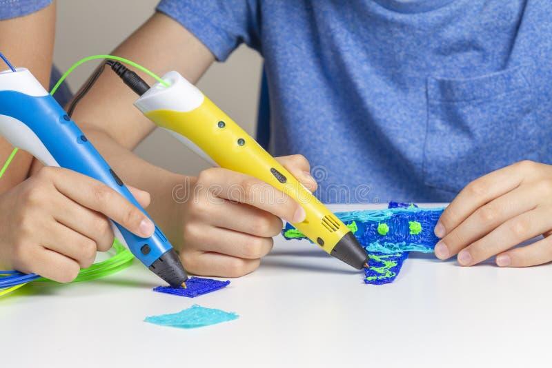 2 руки ребенк создаваясь с ручками печатания 3d стоковое изображение rf