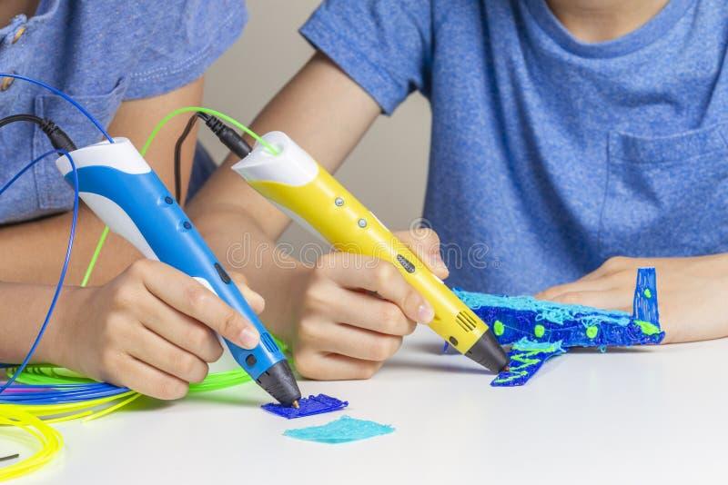 2 руки ребенк создаваясь с ручками печатания 3d стоковые фотографии rf