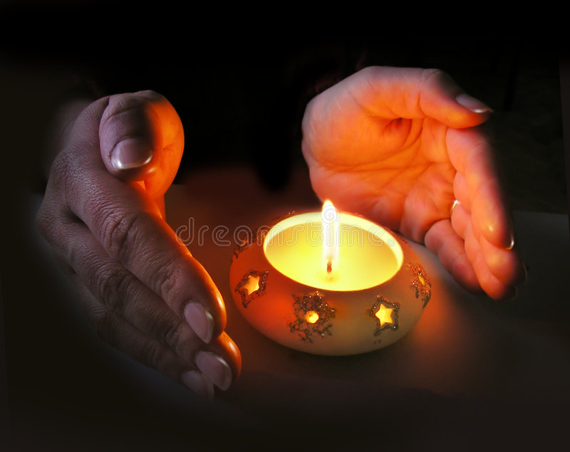 Download руки рождества свечки осветили женщину S Стоковое Фото - изображение насчитывающей темно, свечка: 495244