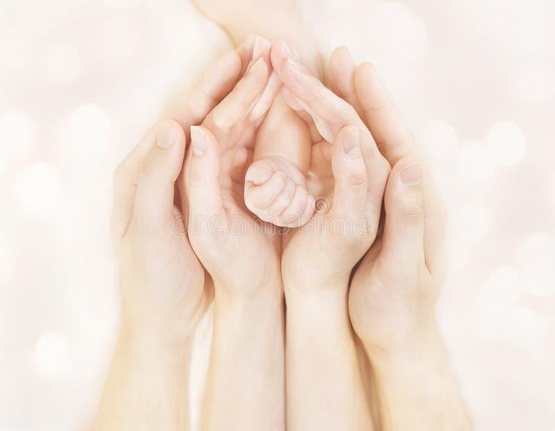 Руки семьи и рука новорожденного младенца, тело детей отца матери, Newborn рука ребенк