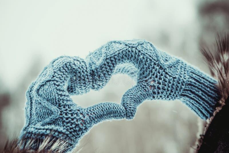 Руки сердца форменные в перчатках внешних стоковое изображение rf