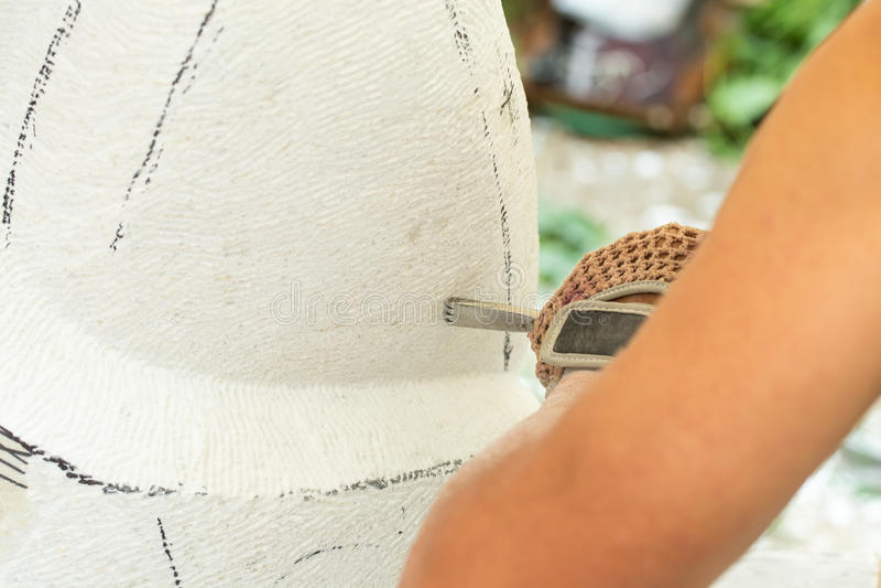 Руки скульптора пока работающ с инструментами стоковая фотография rf
