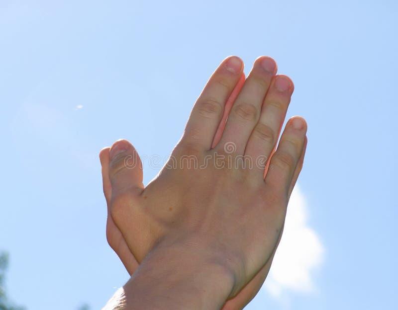 Руки сложены вместе стоковое изображение