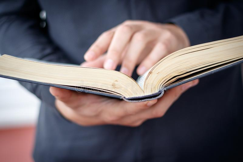 Руки сложили в молитве на библии в концепции церков для веры, spirtuality и вероисповедания стоковые фото