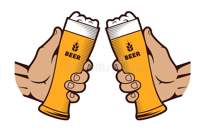 Руки со стеклом пива на белой предпосылке бесплатная иллюстрация