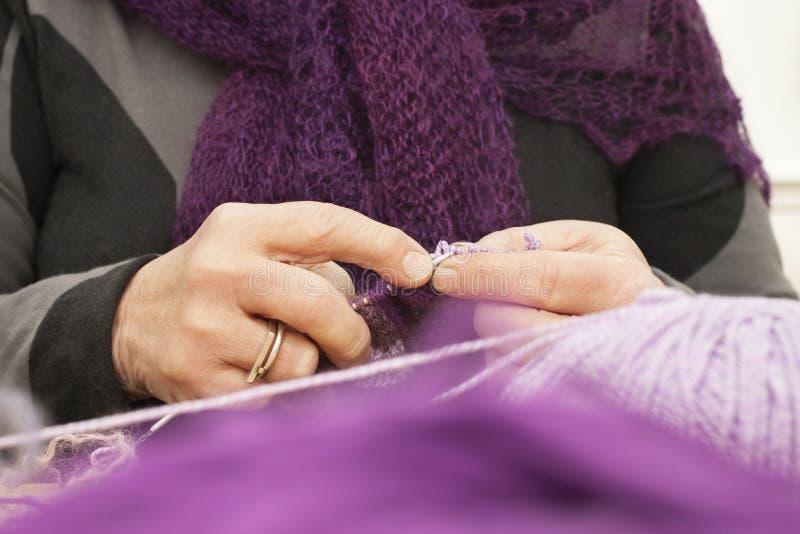руки старые womans шарфа стоковая фотография