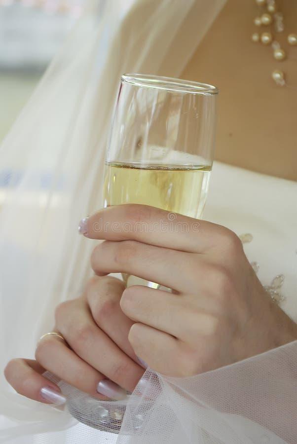 руки стекла невесты стоковое фото