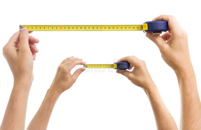 Руки с комплектом ленты измерения стоковые фотографии rf