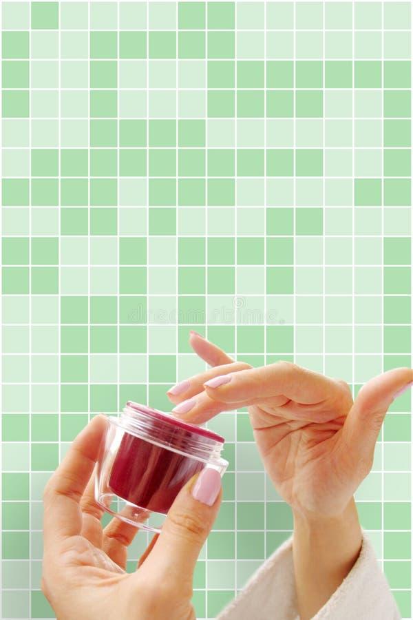 Руки с косметической сливк стоковые изображения rf