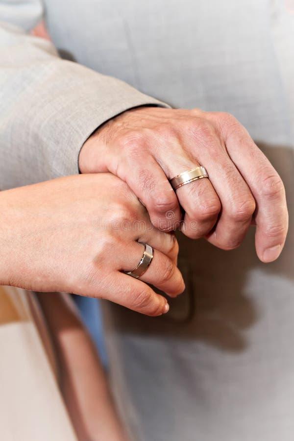 Руки с обручальными кольцами фото