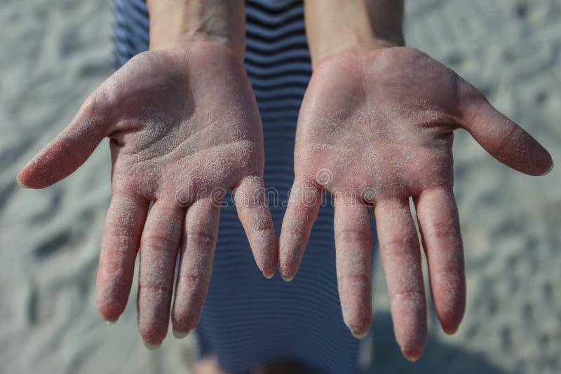 Руки с песками стоковая фотография rf