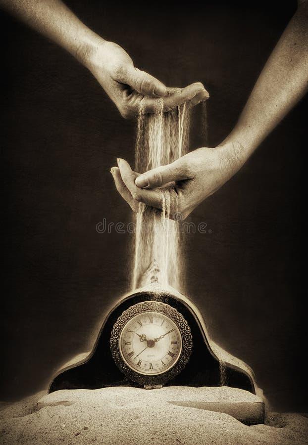 Руки с песком и часами стоковое фото rf
