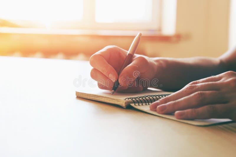 Руки с сочинительством ручки стоковые изображения rf