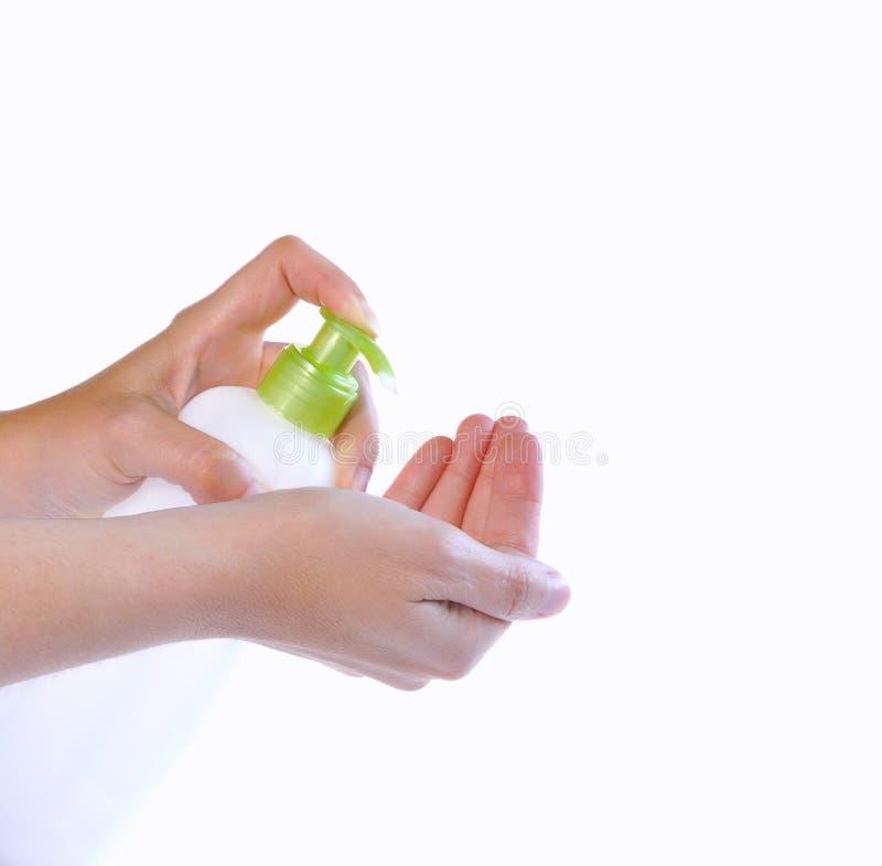 Руки с увлажнителем бутылки. стоковые изображения
