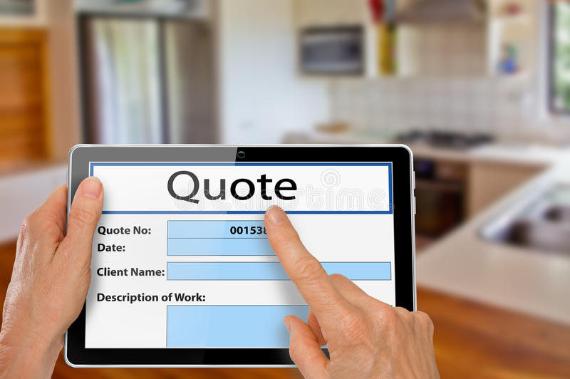 Руки с цитатой реновации кухни таблетки стоковое изображение