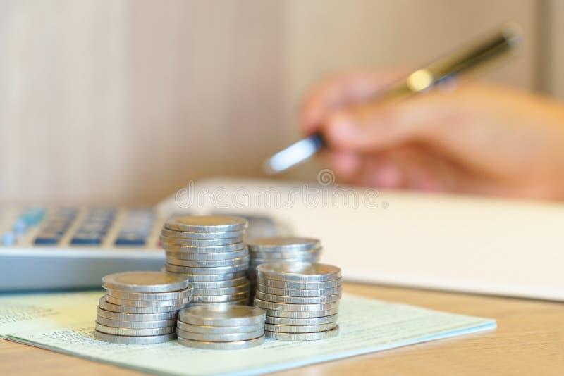 Руки тетради сочинительства женщины с счетной книгой, калькулятором стоковая фотография