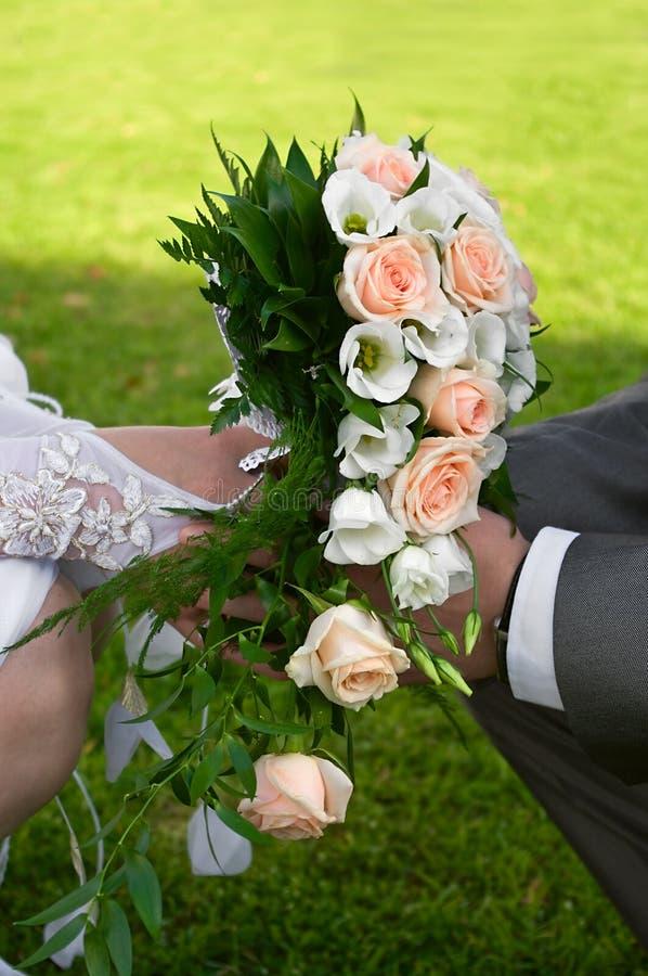 руки цветков wedding стоковое изображение