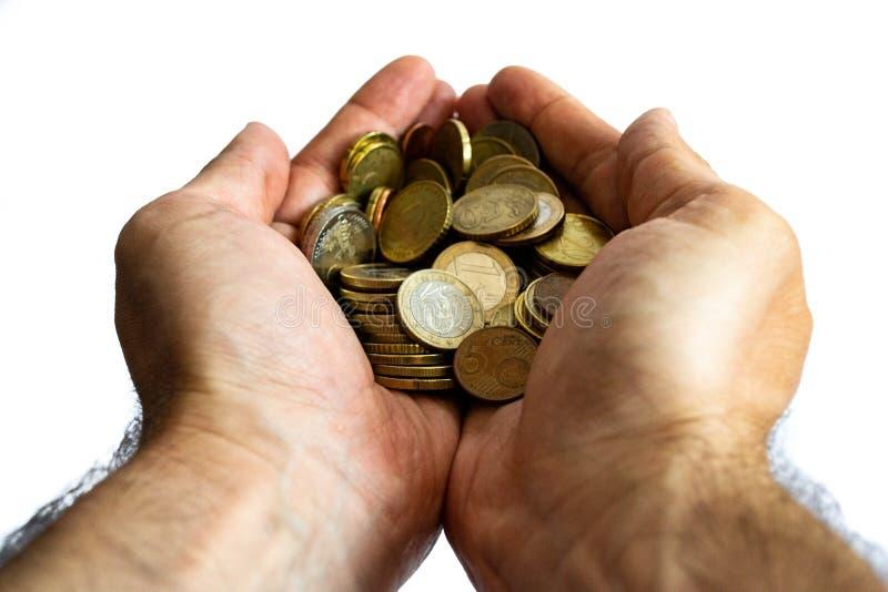 Руки человека конца вверх держа изолированные монетки евро стоковое изображение rf
