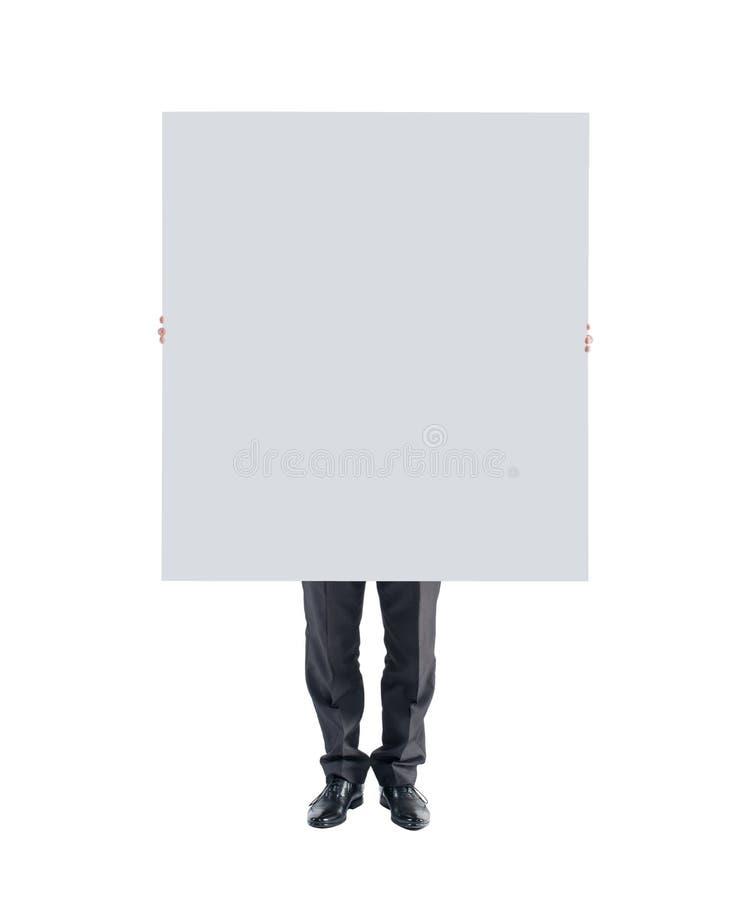 Руки человека держа показывать белую пустую плакатную панель стоковые изображения