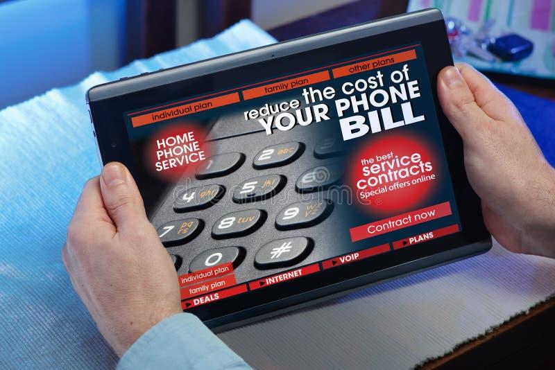 Руки человека советуя с вебсайтом онлайн телефонного обслуживания в t стоковое изображение