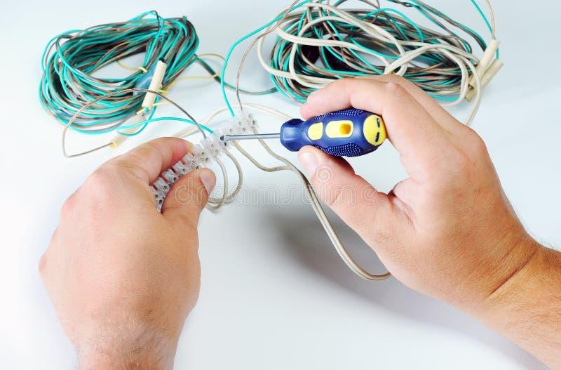 Руки электрика с гнездом электричество и концепция людей белизна вектора вольтамперомметра предпосылки цифровой изолированная илл стоковая фотография