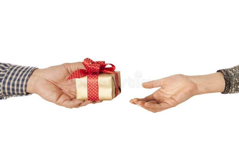 Руки людей дают подарок в коробке стоковая фотография rf