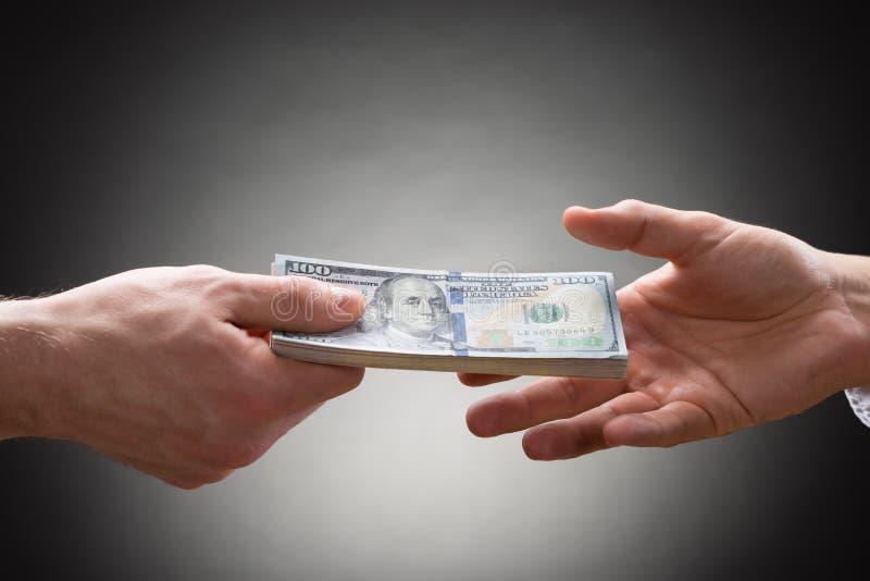 2 руки людей с деньгами стоковое фото rf