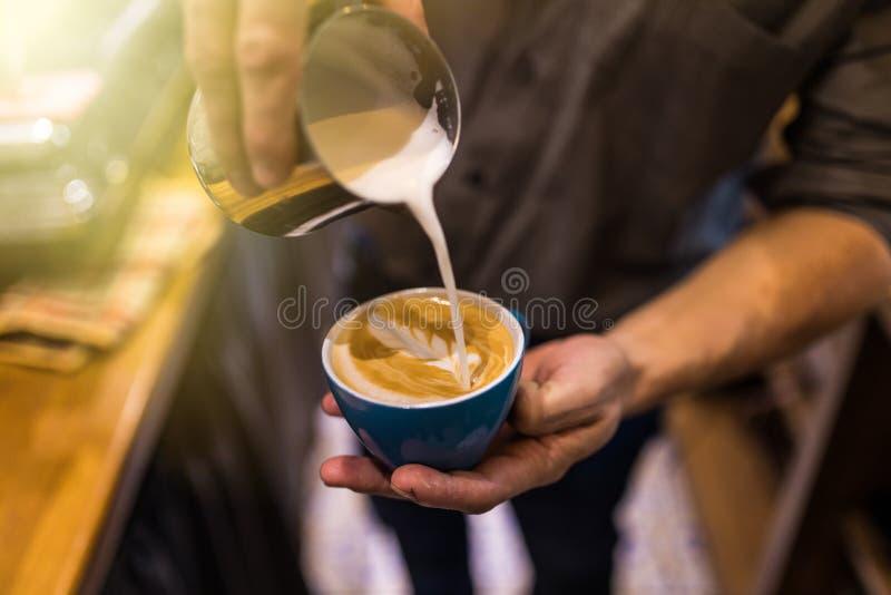 Руки Barista делают искусство latte кофе с машиной эспрессо кофе в кафе кофейни стоковые фотографии rf