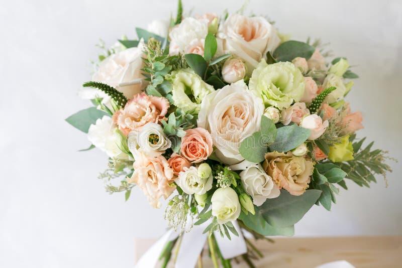руки groom невесты букета bridal Простой букет цветков и зеленых цветов стоковые изображения rf