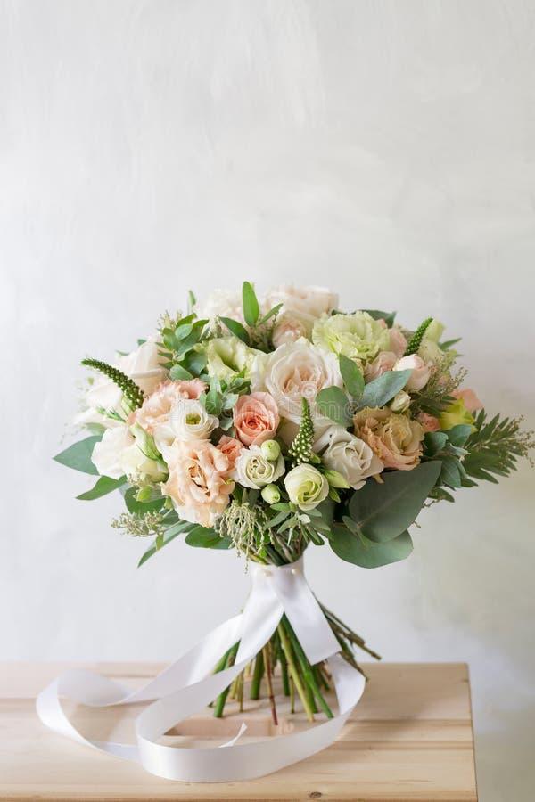руки groom невесты букета bridal Простой букет цветков и зеленых цветов стоковое фото