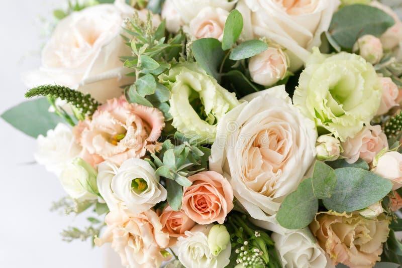 руки groom невесты букета bridal Простой букет цветков и зеленых цветов стоковые фото