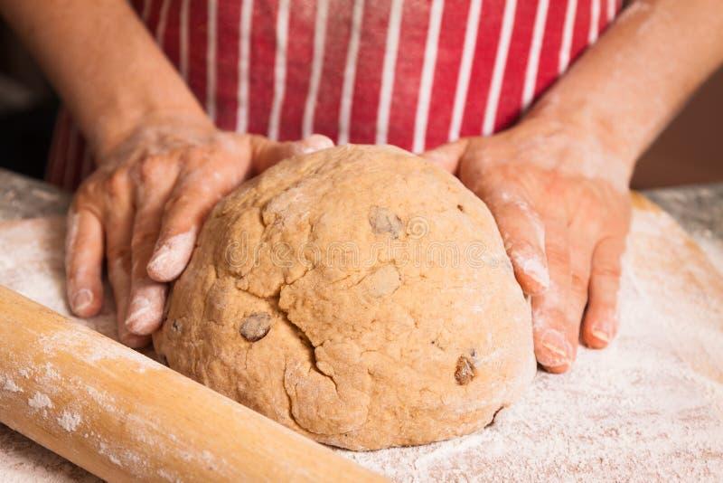 Руки kneeding тесто стоковое фото rf