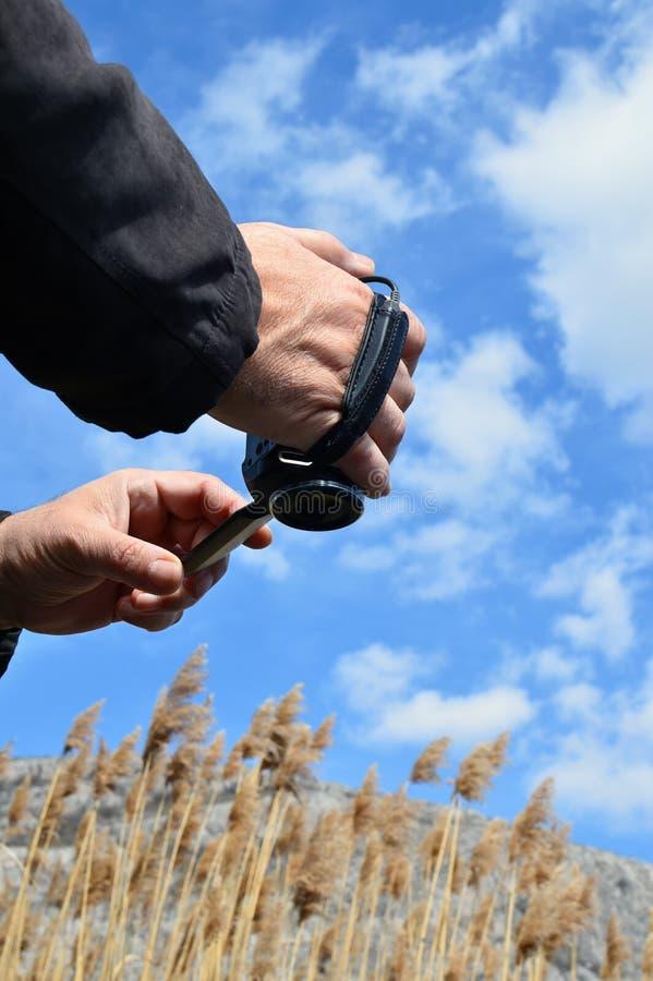 Руки Man's держа видеокамеру стоковая фотография rf
