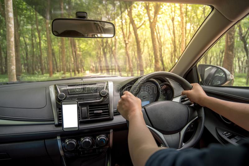 Руки ` s водителя на рулевом колесе внутри автомобиля стоковые фотографии rf