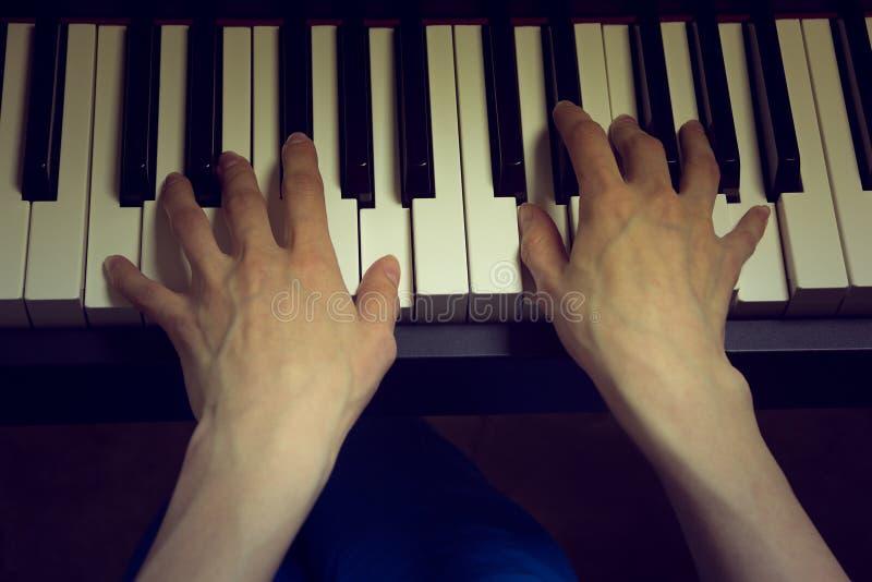 Руки ` s детей играя рояль стоковые изображения