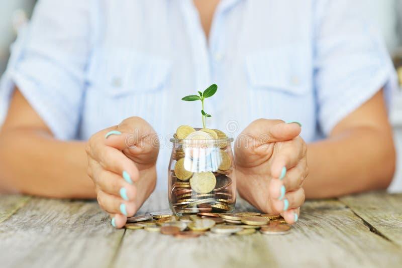 Руки Woman's держа в безопасности ее личные сбережения для будущих вкладов стоковые изображения rf