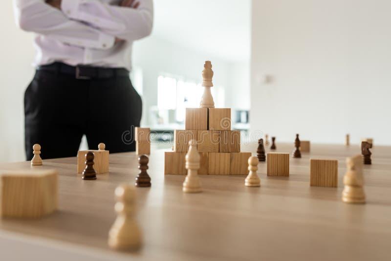 Руководитель бизнеса готовя его стол офиса работая на стратегии компании стоковое фото