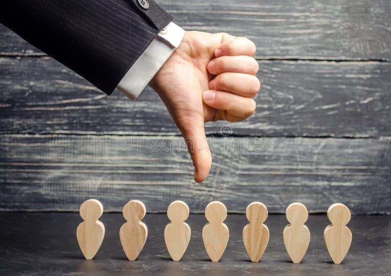 Руководитель держит его палец вниз над командой Отставка работника отрезки штата низкая производительность труда команды несчастн стоковая фотография rf