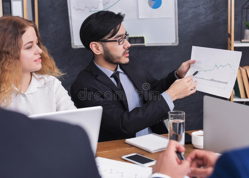 Руководитель проекта представляя диаграмму на встрече в офисе стоковые изображения rf