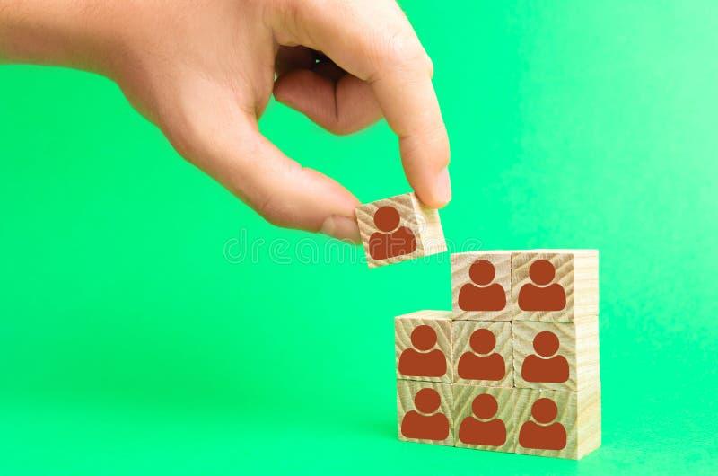 Руководитель строит команду от кубов с работниками Бизнесмен в поисках новых работников и специалистов выбор персонала и стоковые фотографии rf