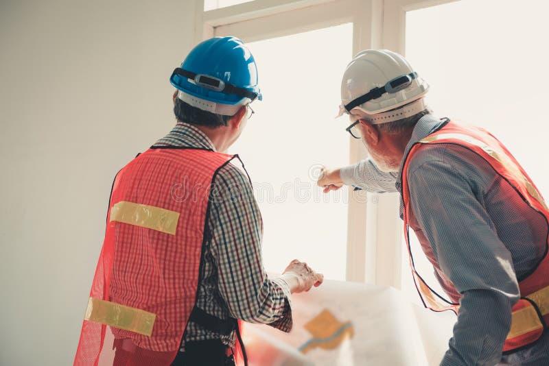 Руководящая группа руководства проектом инженера и архитектора обсуждая поступок стоковая фотография rf
