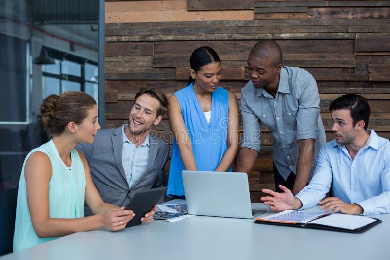 Руководители бизнеса обсуждая во время встречи стоковое фото