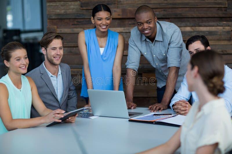 Руководители бизнеса обсуждая во время встречи стоковое изображение rf