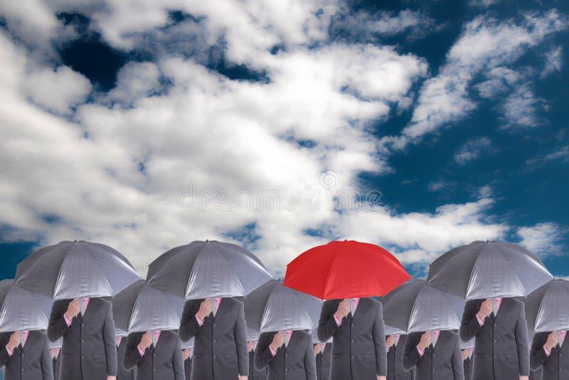 Руководитель держа красный зонтик для выставки различный думает стоковое изображение rf