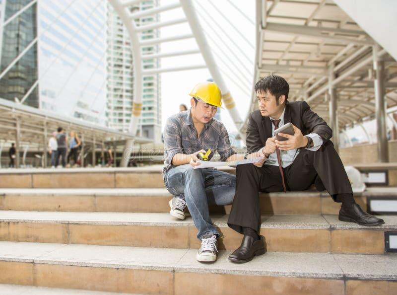 Руководитель и работник Азии работа совместно стоковые изображения rf