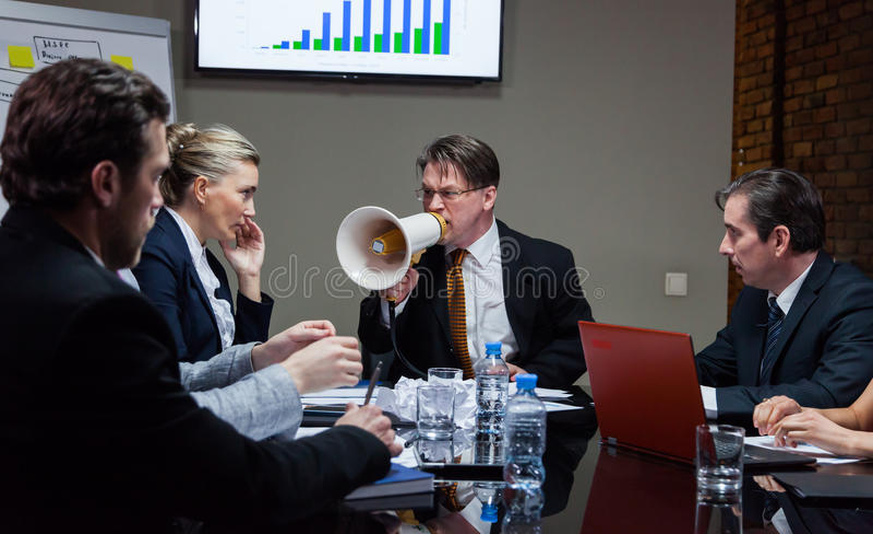 Руководитель крича на людях в офисе стоковое фото rf