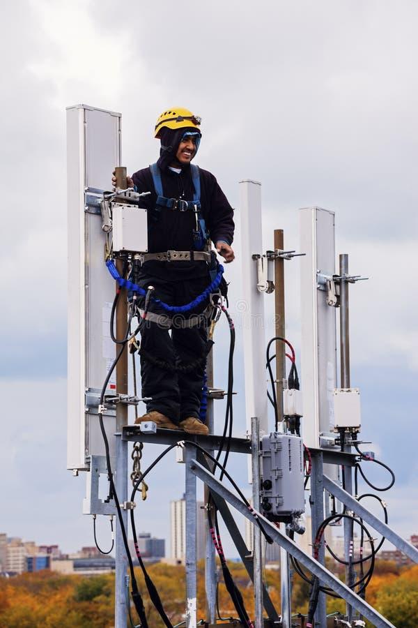 Руководитель экипажа башни работая с клетчатыми антеннами стоковое изображение rf