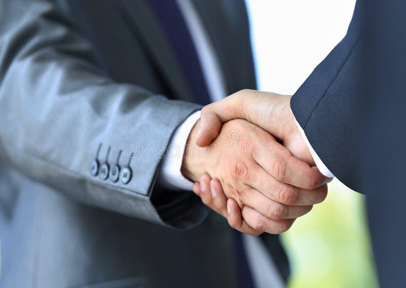 Рукопожатие в офисе стоковая фотография